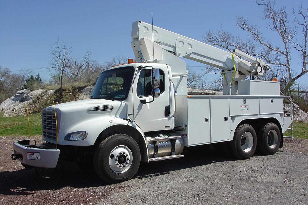 41 45 ft Bucket Truck 56000 GVWR Driver Side